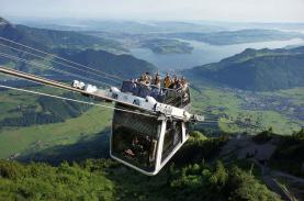Cáp treo lên núi cho du khách ngồi trên nóc ở Thuỵ Sĩ