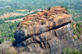 Cung điện cổ vờn mây trên đỉnh cột đá khổng lồ ở Sri Lanka